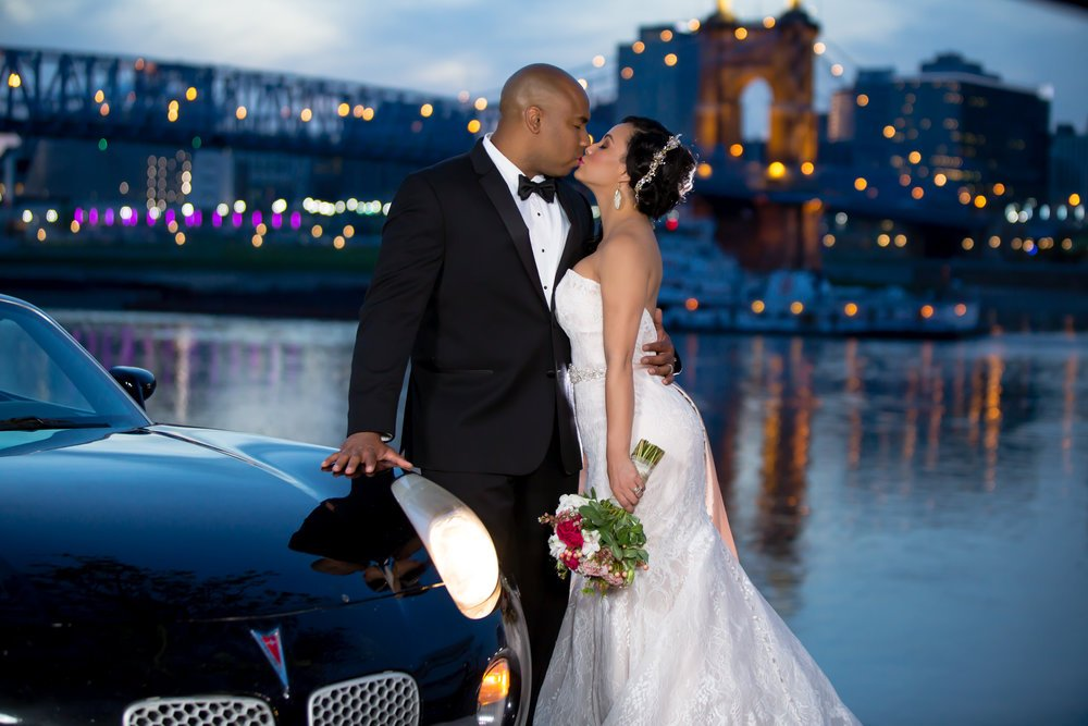 bride and groom in front of cincinnati river